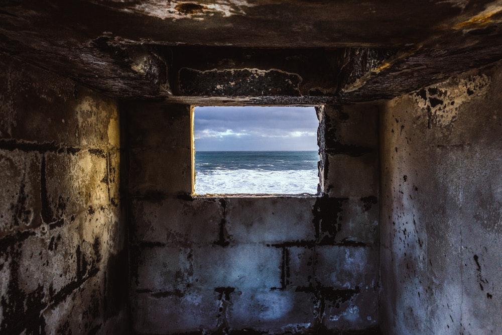 감옥 창문 너머 바다